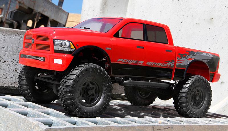 Der rote Truck steht auf 1.9″ Ripsaw-Reifen und lizenzierten Walker